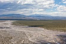 méandres de rivière et montagne