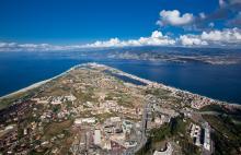 La pointe de la Sicile et le détroit de Messine