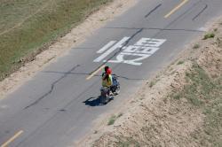 un couple de motocyclistes sur la route près de Linhe