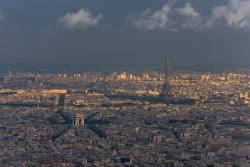 Plan large de Paris au coucher du soleil
