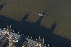 L'ombre du palais de Westminster sur la Tamise, Londres